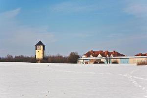 landskap på vintern med vattentorn foto
