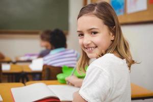 elev som ler mot kameran under lektionen foto