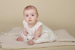 baby flicka sitter upp foto