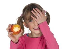 liten flicka med äpplet foto