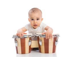 roligt leende barn med bongos foto