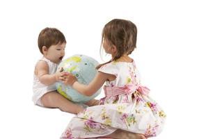 flickor med ett jordklot foto