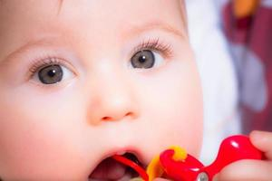 baby med en leksak foto