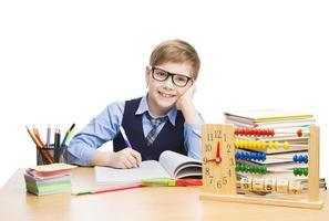 skolbarnstudenter utbildning, elevpojke i glasögon lär sig lektion foto