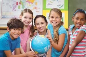 lärare och elever som tittar på världen foto