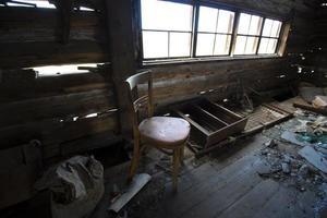 förstört inre i det gamla övergivna huset foto