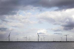 vindkraftverk och molnig himmel foto