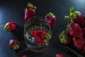 glas med vatten foto