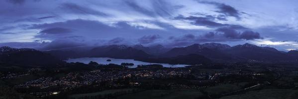 sjön distrikt blå skymning över bergsstaden Cumbria foto