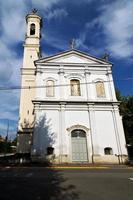 i den legnano gamla kyrkan stängde trottoaren italienske lombardiet foto