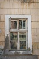 öppnade fönstret med ett fönsterblad foto