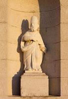 staty på fasaden på en landskyrka foto