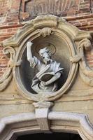 staty av en helgon på en kyrkafasad