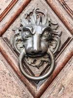 vintage lejon dörrhandtag på antik dörr, bakgrund foto