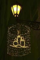 julgarnering på husväggen med ljus
