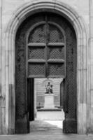 dörr på statyn i lucca foto