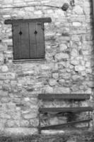 oltrepo gamla by, detalj. svartvitt foto