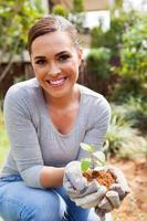 kvinna trädgårdsarbete i trädgården foto