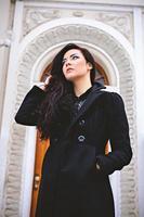 eftertänksam kvinna nära vacker entrédörr foto
