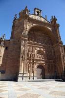 fasad på san esteban kyrka, salamanca, castilla leon, spanien foto