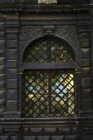 fönster med svart bar foto