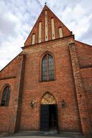 fasad gotisk kyrka foto