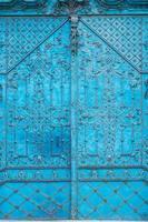 närbild av blåmålade rikt dekorerade barocka ståldörrar foto