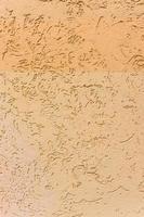 yttervägg med nyanser av gulfärgad utsmyckad stuckatur