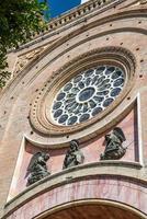 detalj av den främre fasaden på en katedral foto