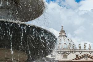 del av en fontän och fasadens katedral fasad foto