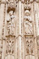 toledo - apostel Paul och jacob på katedralens fasad foto