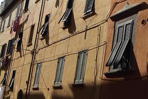 fasad av byggnad med fönsterluckor i Portferriao, elba, Italien