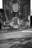 gammal husfasad. svartvitt foto