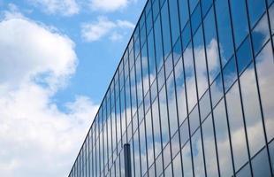 reflektion av himlen och molnen i glasfasad foto