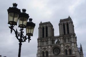 fasad av Notre Dame de Paris och lyktan