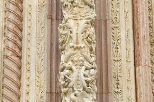 detalj av fasaden på katedralen santa maria assunta foto