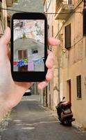 turist tar foto av sidogatan i staden