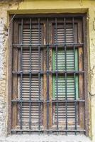 fönster i ett gammalt övergivet hus foto