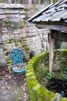 antik vattenbrunn med ett rep och en hink foto