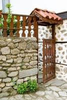 öppen trädörr i ett hus, Melnik, Bulgarien foto