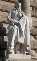 Rom - staty av filosofen vico från palazzo di giustizia foto