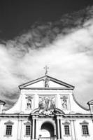 oltrepo pavese, gammal kyrka fasad. bw bild foto