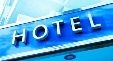 ljusblå fasad på det moderna nya hotellet foto