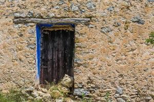 huvudfasad på ett gammalt övergivet lantligt hus foto