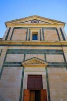 fasad på santa maria delle carceri, prato, italien foto