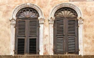 två gamla fönster foto