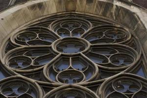 historiska fönster på fasaden på kyrkan i Lviv foto