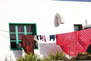 kläder som torkar framför ett fiskarehus