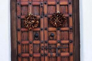 ristra - torkad paprika på ytterdörrarna foto