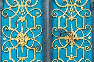 blå dörr dekorerad med gyllene prydnad och handtag foto
